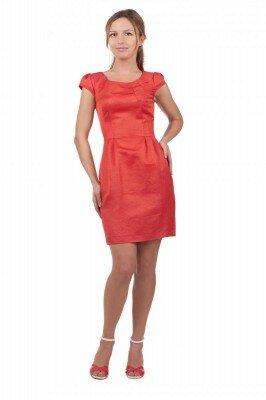 коралловое платье до колен приталенное