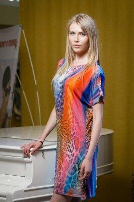 стильное цветное лёгкое платье прямого кроя