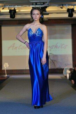 ярко синее вечернее платье с открытыми плечами цена