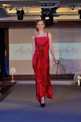 малиновое нарядное платье в пол
