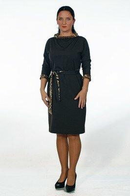 коричневое трикотажное платье с леопардовым поясом и горловиной