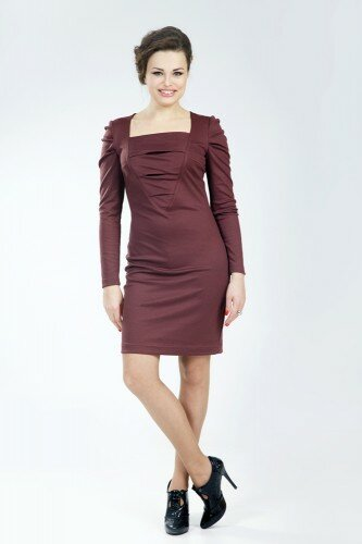 бордовое платье в обтяжку с квадратным вырезом