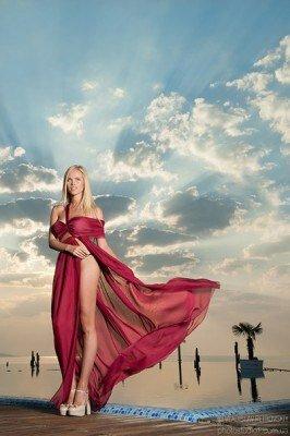 на фоне неба девушка фото