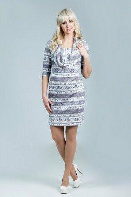 трикотажное светлое платье с воротником хомутом