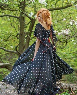 длинное расклешённое шифоновое платье в горошек