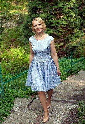 светло синее нарядное платье короткое с коротким рукавом