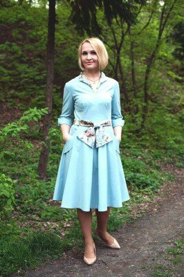 голубое платье до колен с манжетами на рукавах