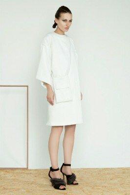 белое прямое платье до колен с широкими рукавами фото