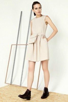 кремовое летнее платье с декоративной сумочкой на поясе