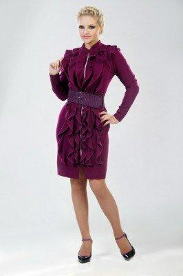 фиолетовое платье декорированное по всей длине рюшами