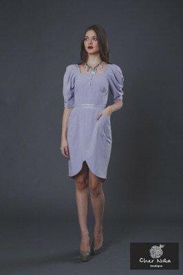 нарядное платье светло сиреневое с рукавами фонариками и закруглённым разрезом