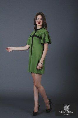 короткое зелёное платье с рукавами рюшами