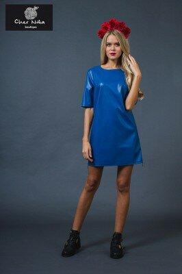синее короткое свободное платье из ткани с блеском