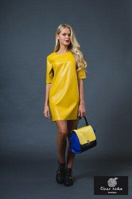 жёлтое блестящее короткое платье