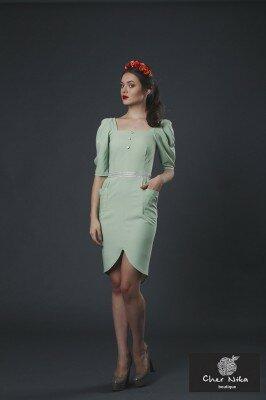 нарядное платье светло зелёное с рукавами фонариками и закруглённым разрезом фото