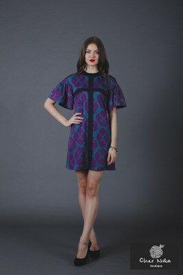короткое фиолетовое с принтом платье с рукавами рюшами фото