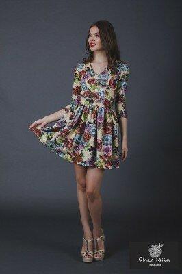 короткое платье с пышной юбкой и отрезной талией в цветок