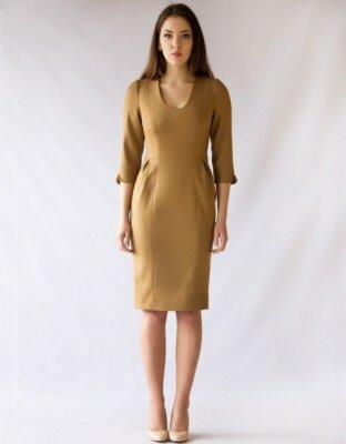 горчичное платье с круглым вырезом до колен