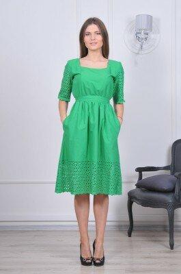 нежно зелёное платье до колен с перфорацией по краям