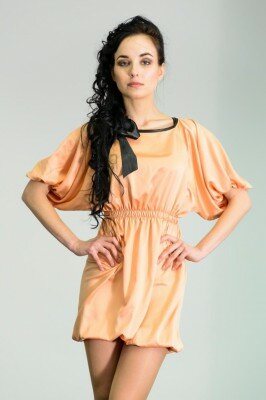 атласное платье персикового цвета с подобранным низом и рукавами до локтя