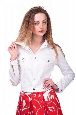 белая блуза с декоративными кнопками