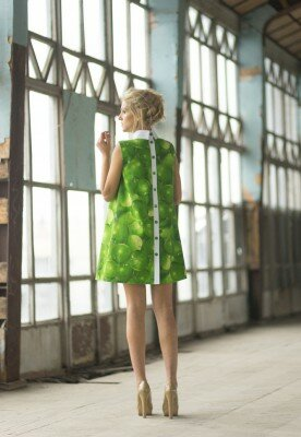 зелёное платье в яблоко короткое