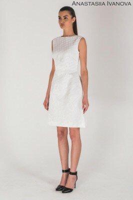 белое строгое платье до колен из интересной ткани без рукавов и закрытым декольте цена