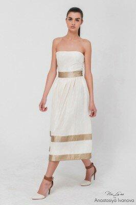 белое платье колокольчик с открытыми плечами и золотыми полосками