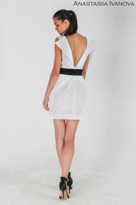 белое приталленое платье с чёрным поясом короткое и открытой интересной спиной
