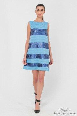 голубое платье треугольного кроя с поперечными синими полосами онлайн