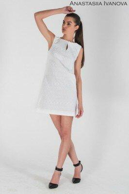 короткое стильное платье без рукавов