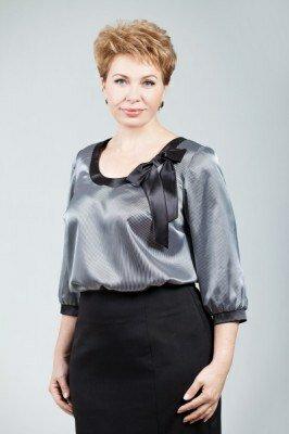 серая атласная нарядная блуза