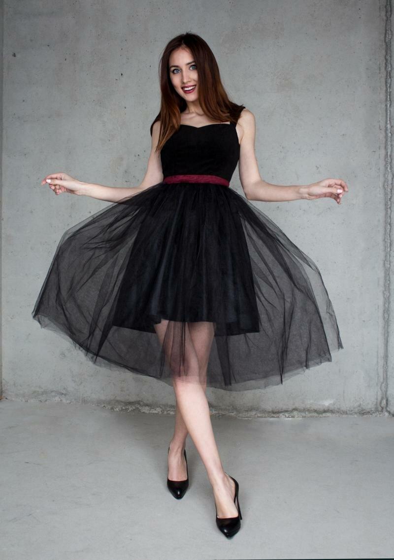 Черное платье с красным поясом