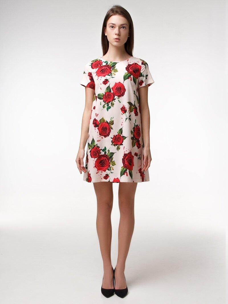 Платье с красными розами на нежно-персиковом фоне
